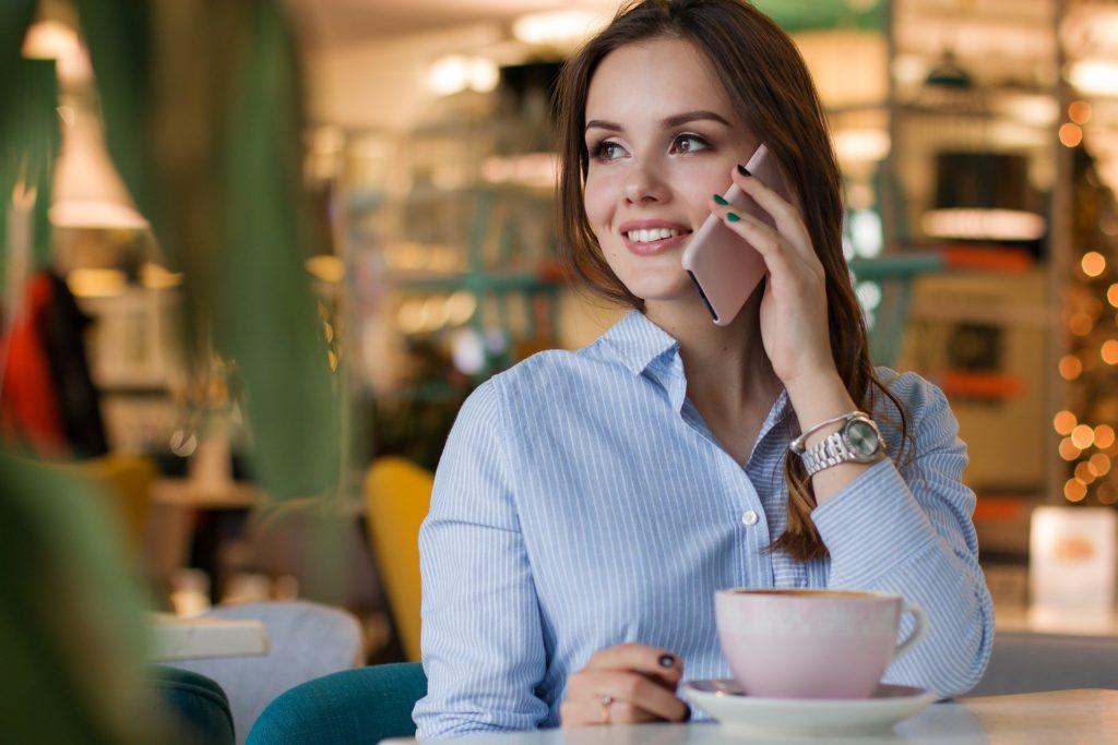 Telefongespräch auf Deutsch im Café